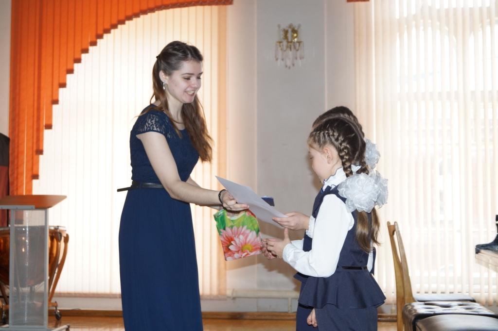 Насте и Варе вручают диплом