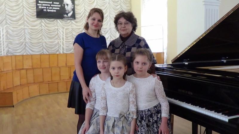 Участники младшей группы с преподавателями у рояля DSC00953